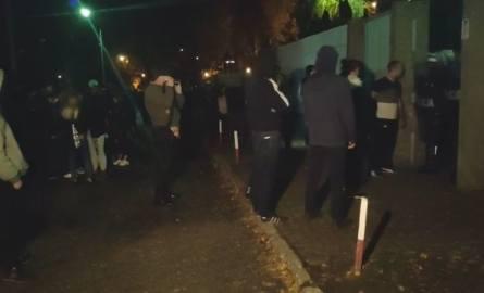 W niedzielę po południu przed budynkiem komendy w Koninie znowu zebrała się grupa ludzi. W kierunku policjantów poleciały butelki, potem kamienie. -