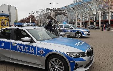 """Jedno z symbolicznych pożegnań zastrzelonego policjanta odbyło się w przy jednorożcu pod """"Centralem"""" w centrum Łodzi. Załogi dwóch radiowozów – policjantka"""