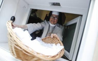 Okno Życia otwarto 25 marca 2009 roku, a już 2 miesiące później siostra Dominika usłyszała dźwięk alarmu, który poinformował ją, że w koszyczku czeka