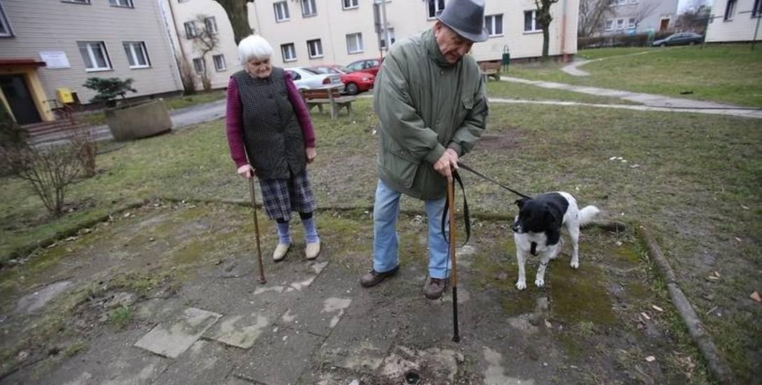 Trzepaki znikają z osiedli w całej Polsce. Na zdjęciu mieszkańcy przy wyciętym trzepaku z Dąbrowy Górniczej