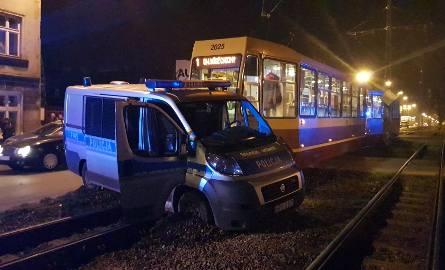 Wypadek na Kilińskiego w Łodzi. Zderzenie radiowozu z tramwajem