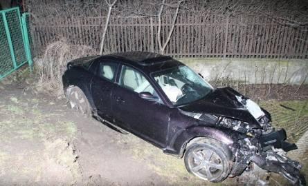 Przeciął słup nową mazdą: dwie osoby ranne, zniszczone auto i 5 godzin bez prądu