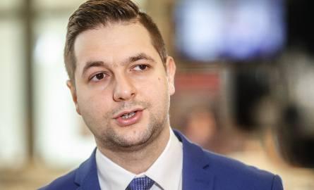 Patryk Jaki, wiceminister sprawiedliwości, 11 maja został powołany przez premier Beatę Szydło na szefa komisji weryfikacyjnej ds. reprywatyzacji w W