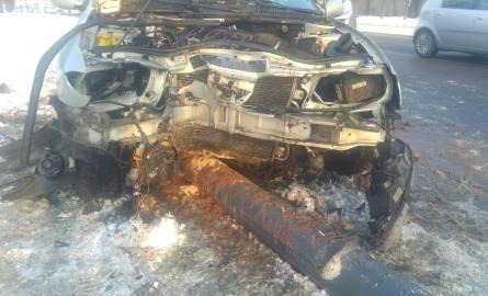 Wypadek na Krzemienieckiej  w Łodzi wydarzył się w poniedziałek rano. Po zderzeniu samochodów, jeden z pojazdów uderzył w słup.