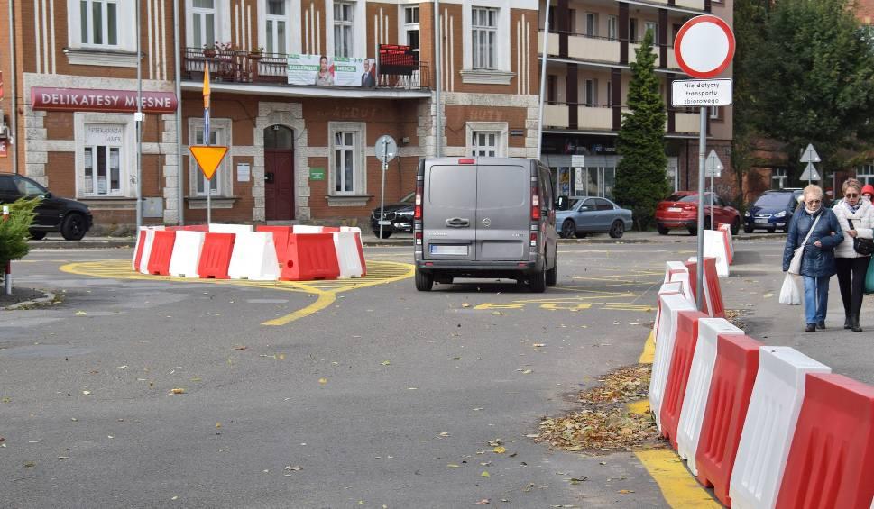 Film do artykułu: Przejeżdżający przez Plac Monte Cassino w Krośnie albo nie rozumieją nowego oznakowania albo je ignorują [ZDJĘCIA, WIDEO]