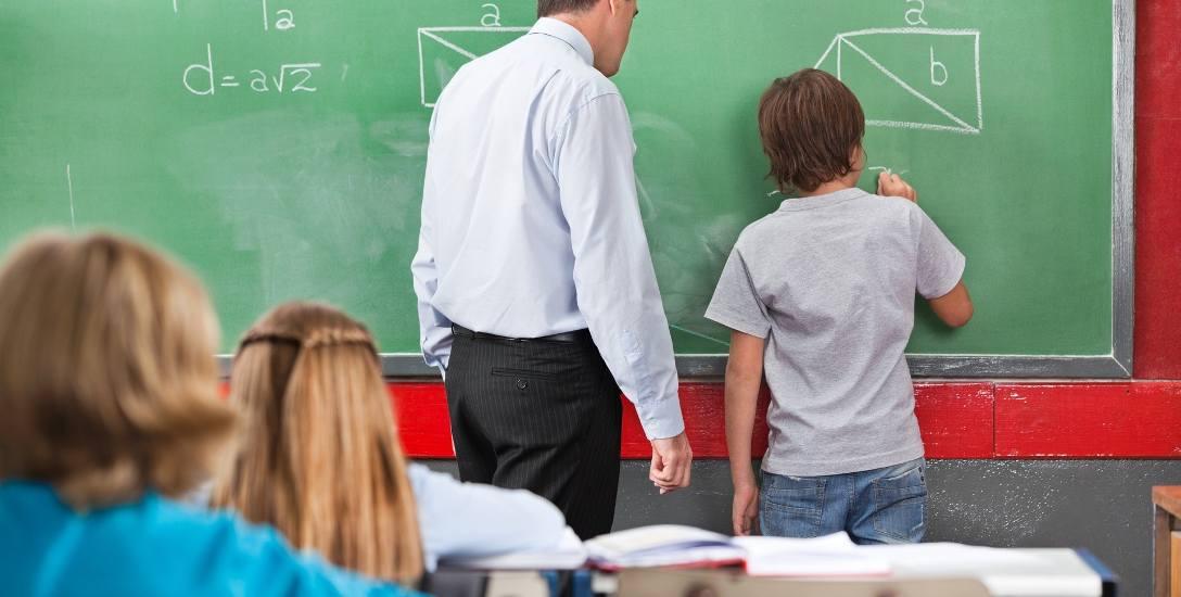 Samorządy skarżą się, że rząd na gminy przerzuca podwyżki nauczycielskich pensji