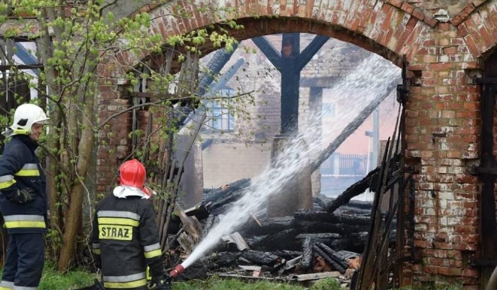 Film do artykułu: Pożar zabytkowej stodoły w Łebuni 24.04.2018. Strażacy przez wiele godzin walczyli z żywiołem [wideo,zdjęcia]