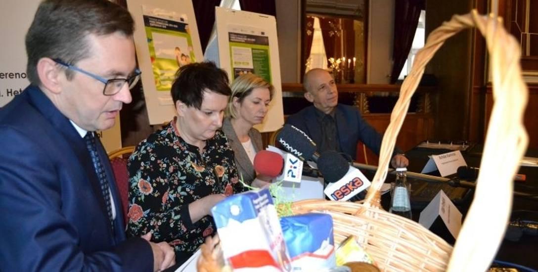 Wojciech Kędzia (pierwszy z lewej) podkreśla, że nie wszystkie gminy biorą udział w programie