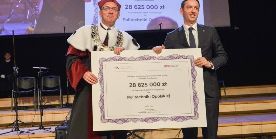 Podczas inauguracji roku akademickiego Politechniki Opolskiej Marcin Ociepa wręczył rektorowi czek na ponad 28 mln zł i postulował zawiązanie federa