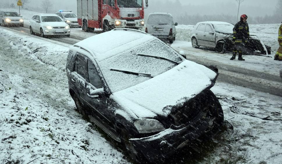 Film do artykułu: Wypadek na DK nr 20 w Wołczy Małej. Trudne warunki na drogach (zdjęcia,wideo)