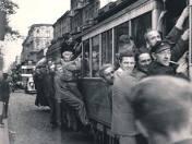 W początkach lat 50. podróżowanie łódzkimi tramwajami nie było łatwe. Linie obsługiwał głównie przedwojenny jeszcze tabor.