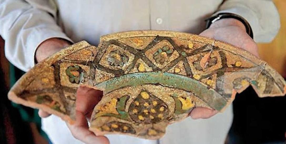 Fragment talerza datowany na drugą połowę XVI wieku. Jedno ze znalezisk odkrytych w tym roku w rejonie ulicy Towarowej