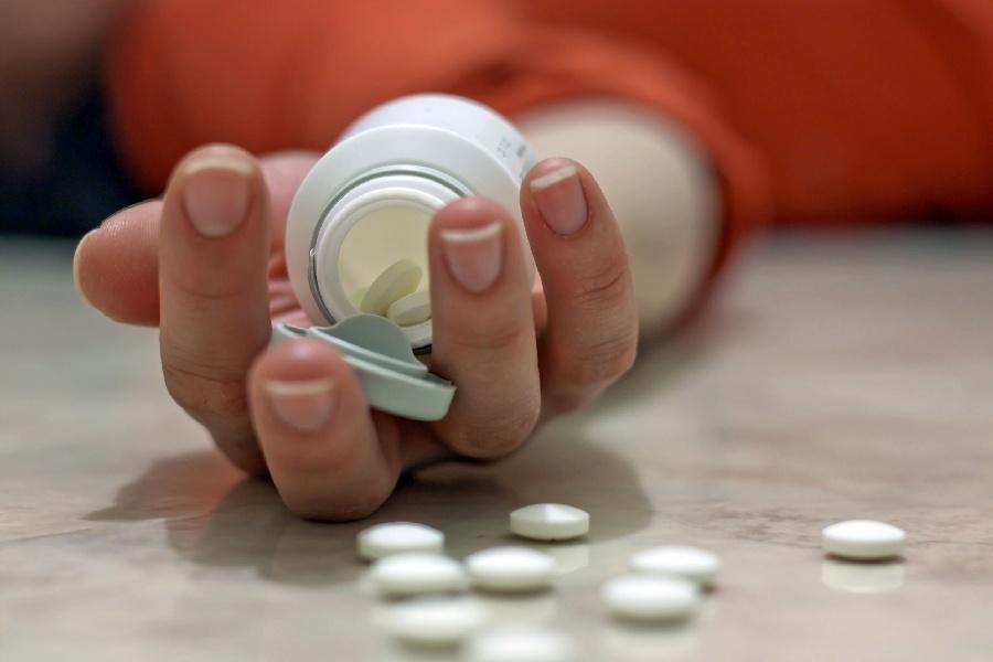 Matka zażyła tabletki, dała je też dwojgu swoim dzieciom.