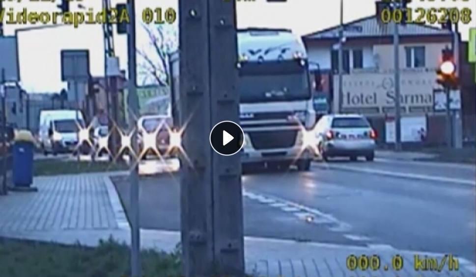 Film do artykułu: Jeżdżą na czerwonym przez skrzyżowanie w Sandomierzu
