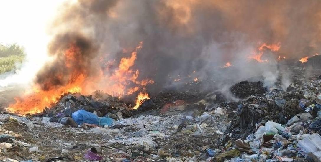 Seria tajemniczych pożarów wysypisk śmieci w Łódzkiem. Sprawę bada prokuratura