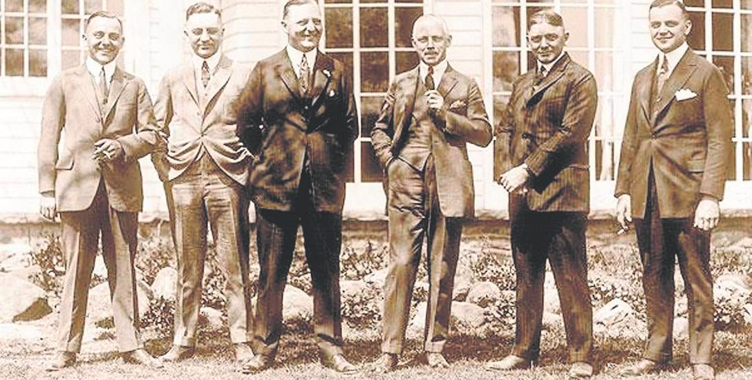 Szóstka braci Fisher. Mimo braku formalnego wykształcenia okazali się utalentowanymi konstruktorami i świetnymi organizatorami. Zdjęcie z roku 1922.