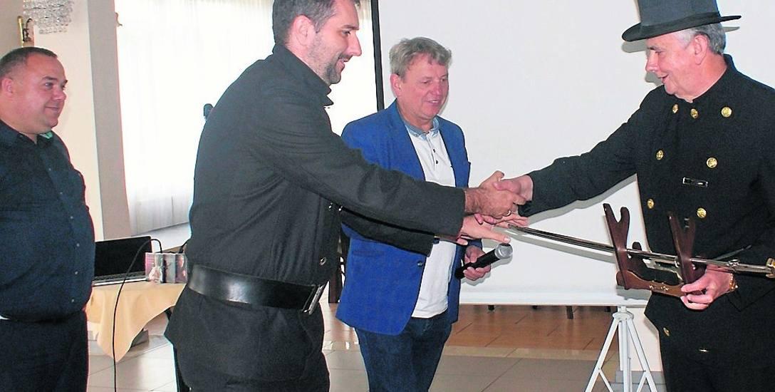 Krzysztof Ziombski (z prawej) żegnany przez kolegów kominiarzy