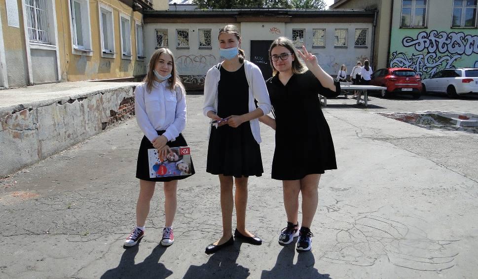 Film do artykułu: Koniec nauki w szkołach w Radomiu, uczniowie w małych grupach odbierali świadectwa i już zaczęli wakacje