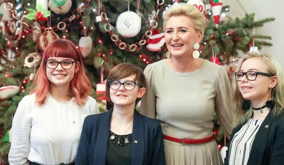 Film do artykułu: Uczniowie z Nałęczowa razem z Pierwszą Damą ubierali choinkę w Pałacu Prezydenckim (FOTO)