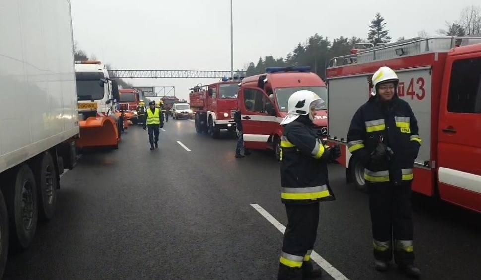 Film do artykułu: Po karambolu na S7 koło Wiśniówki. Brawa dla kierowców - utworzyli wzorcowy korytarz życia! Nawet strażacy byli pod wrażeniem. Zobacz film