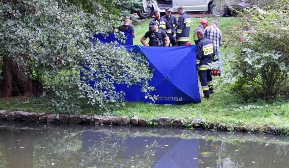 Film do artykułu: Kalisz: Ze strumyka w parku miejskim wyłowiono zwłoki kobiety [ZDJĘCIA]