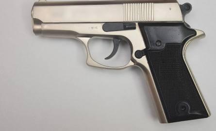 Groził bronią swojej siostrze. 35-letni mieszkaniec Niemstowa usłyszał policyjne zarzuty