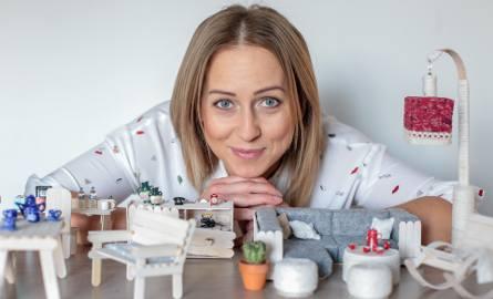 """Monika Harasimowicz jest samoukiem. Własnoręcznie wykonała z patyczków po lodach miniaturowe mebelki dla lalek. Jej talent dostrzegł """"Teleexpress"""""""