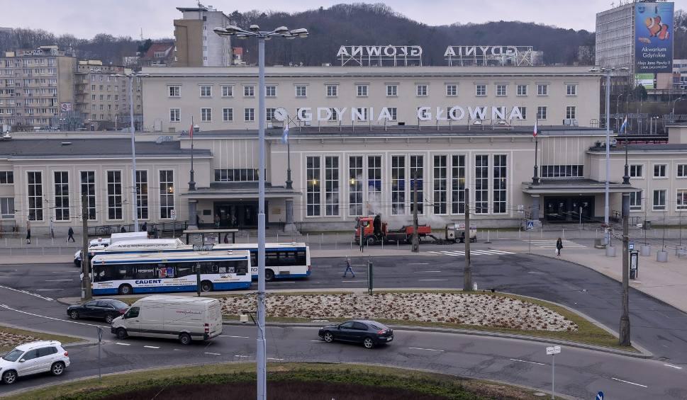 Film do artykułu: Osiem osób zatrzymanych w sprawie pobicia 23-latka na peronie dworca SKM Gdynia Główna
