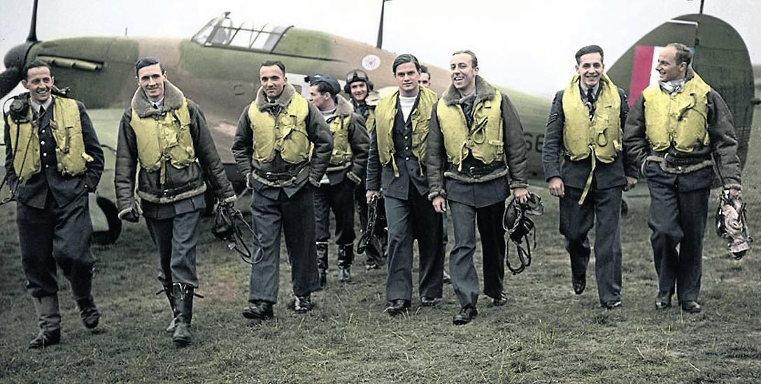Piloci Dywizjonu 303 na tle samolotu Hurricane