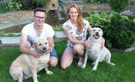 Kuba Urbański, wokalista i lider radomskiego zespołu Playboys, razem z żoną Eweliną, swój wolny czas poświęcają dwóm ukochanym pupilkom - labradorkom