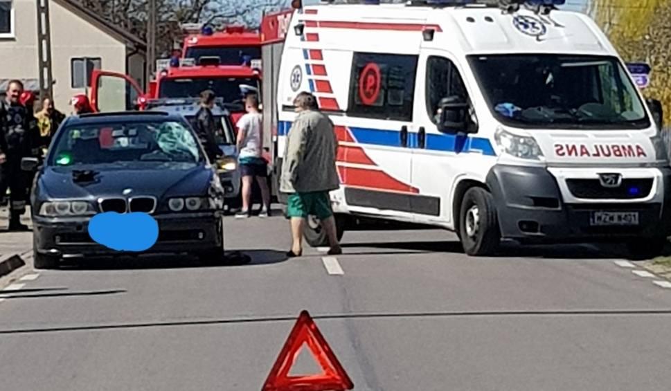 Film do artykułu: Wypadek w Czarnolesie. Kierowca BMW potrącił rowerzystę. Załoga karetki zabrała go do szpitala. Na miejscu działały straż pożarna i policja