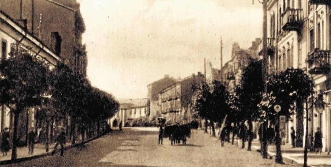 Jedną z cech charakterystycznych kamienicy przy ul. Sienkiewicza 22 była wieńcząca fasadę kopuła, widoczna po lewej stronie pocztówki