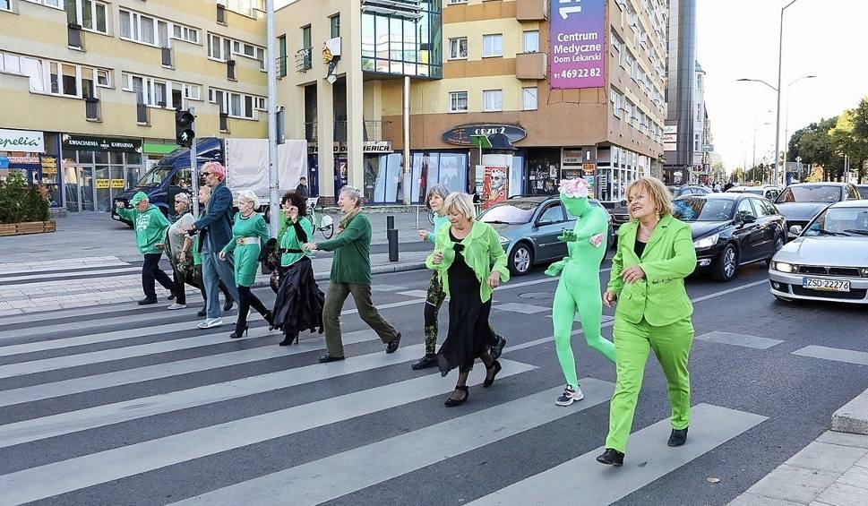 Film do artykułu: Seniorzy ubrani na zielono tańczyli na ulicach Szczecina