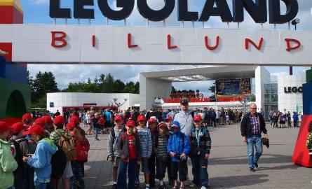 Dominik w towarzystwie innych dzieci w czasie wizyty w Logolandzie w Billund