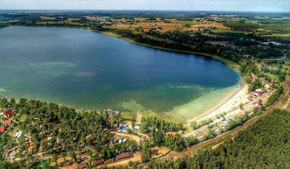 Film do artykułu: Skarbówka sprzedaje superdziałki przy samym jeziorze. Jaka jest cena wywoławcza?