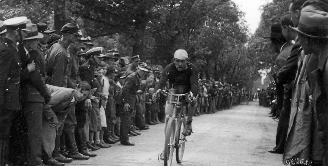 Zwycięzca bydgoskiego etapu TdP w 1929 roku, Józef Stefański, mknął do mety w szpalerze widzów.