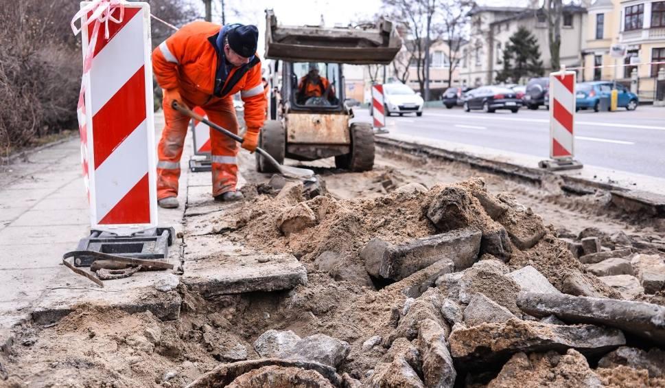 Film do artykułu: Remont chodnika w centrum Sopotu wzdłuż al. Niepodległości. Utrudnienia w ruchu potrwają do 20.03.2018 [zdjęcia]