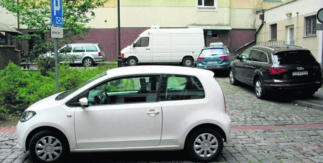 Auto tajniaka tarasujące wjazd na posesję ul. Nowobramskiej