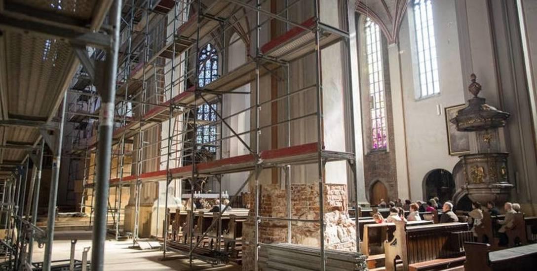 We wnętrzu katedry trwają prace obejmujące zarówno ściany, jak i sklepienie. Pierwsze efekty będą widoczne  jesienią.