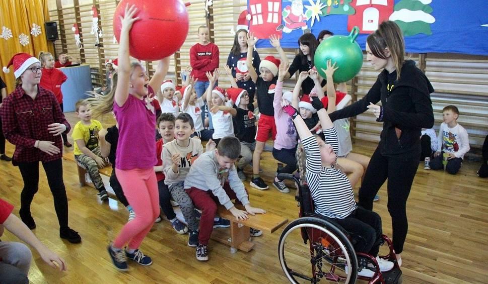 Film do artykułu: Mikołajki na sportowo – w Specjalnym Ośrodku Szkolno-Wychowawczym nr 2 w Skarżysku odbył się Mikołajkowy Integracyjny Turniej Sportowy