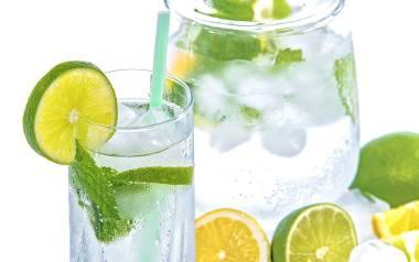 Woda z sokiem z cytryny, to jeden z najskuteczniejszych sposobów oczyszczania organizmu