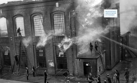 Zdjęcie przedstawia pożar fabryki Franciszka Fiszera w Łodzi - akcja ratownicza łódzkiej straży pożarnej. Rok 1935.