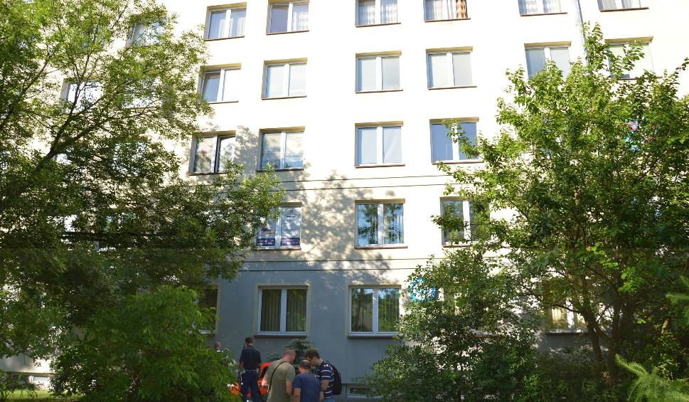 Film do artykułu: Wypadek w Stalowej Woli. Kobieta wypadła z czwartego piętra Metalowca