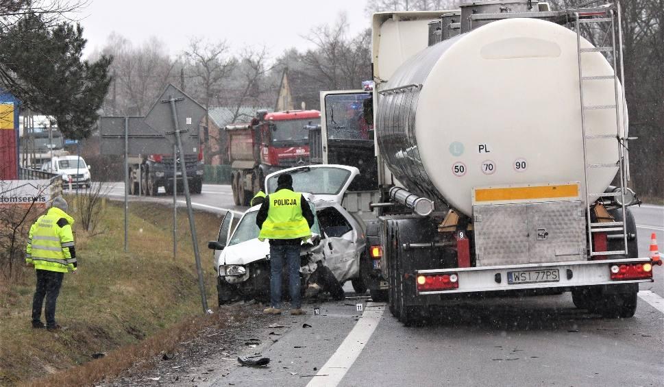 Film do artykułu: Kierowca peugeota zginął w wypadku w Nisku. Samochód osobowy wjechał pod ciężarówkę [ZDJĘCIA]
