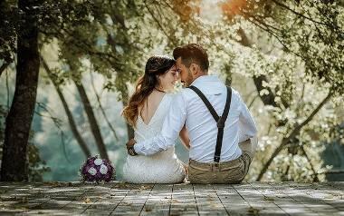 Wybór fotografa ślubnego to nie lada wyzwanie dla narzeczonych. Dzień ślubu niesie ze sobą sporo stresu, więc warto zadbać o to, abyście mogli z pełnym