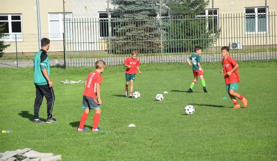 Film do artykułu: Piłkarska przyszłość z Lotosem. W Nowym Dworze Gdańskim dzieci z roku na rok grają coraz lepiej