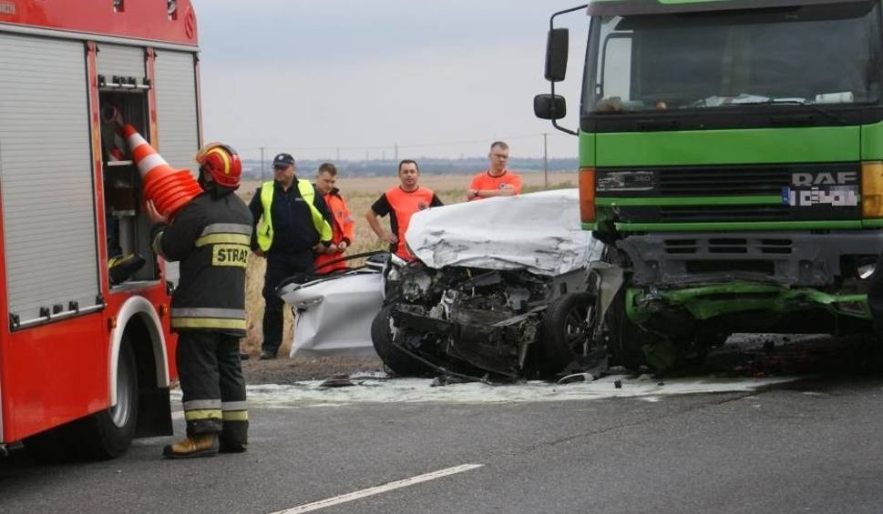 Film do artykułu: Kościelna Wieś koło Kalisza: Śmiertelny wypadek na drodze krajowej nr 12 - ciężarówka zderzyła się z osobówką [ZDJĘCIA]