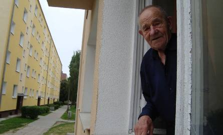 Jan Szmajda mieszka tu od lat 80. Nie pamięta, by lampy świeciły.