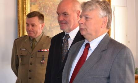 Bogdan Borusewicz, senator Michał Wojtczak i dowódca garnizonu grudziądz płk Grzegorz Mosiołek