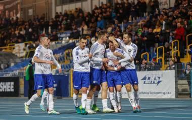 Piłkarze Stali Mielec fetują  kolejne zwycięstwo i trzy punkty.